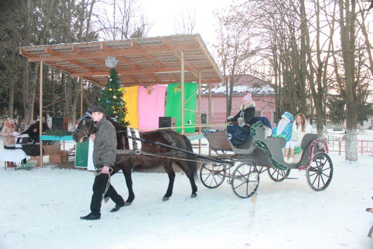 """До малюків санаторію """"Малятко"""" Святий Миколай цьогоріч примчав у санчатах, запряжених конем!"""